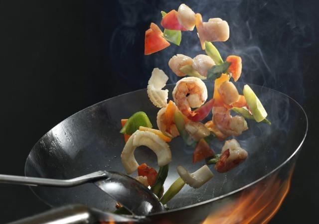 「凉拌菜」炒菜时,食盐应该最后放还是中间放?记住这4点,你也是大厨!