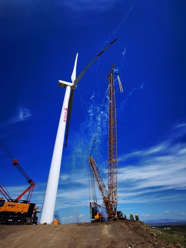 事业部 大唐内蒙古分公司蒙西事业部兴和航天示范49.5MW风电项目首台风机成功吊装