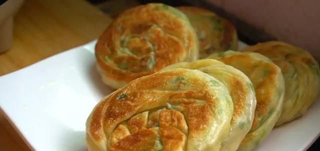 『声音』葱花饼:用手一捏可以听到酥脆的声音,里面柔软筋道,都是小薄层