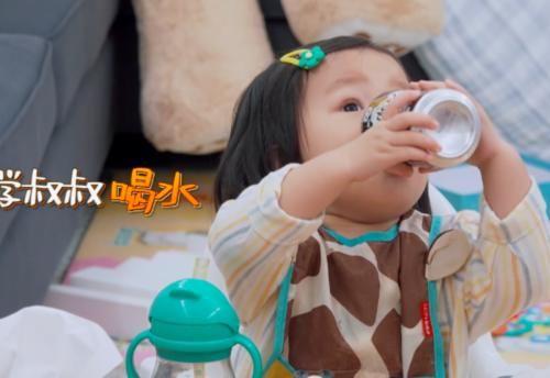 郑恺|郑恺提前进入养娃模式,吃饭也跟王祖蓝女儿唠嗑,李亚男笑而不语