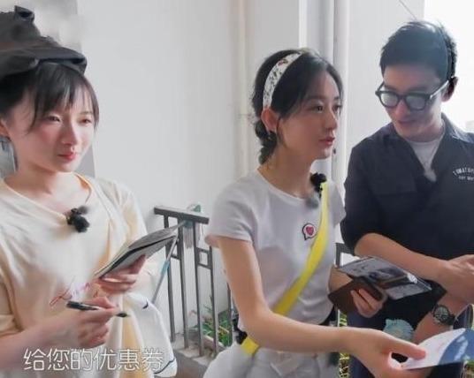 黄晓明 顾客称看过赵丽颖的戏,黄晓明当场尴尬,颖宝的反应太巧妙了