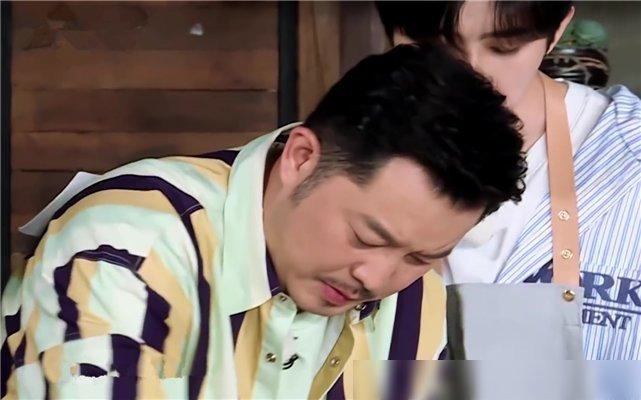 郑恺|蔡徐坤做饭导演不让帮忙,杨颖郑恺真的不管,只有他实在看不下去帮了忙