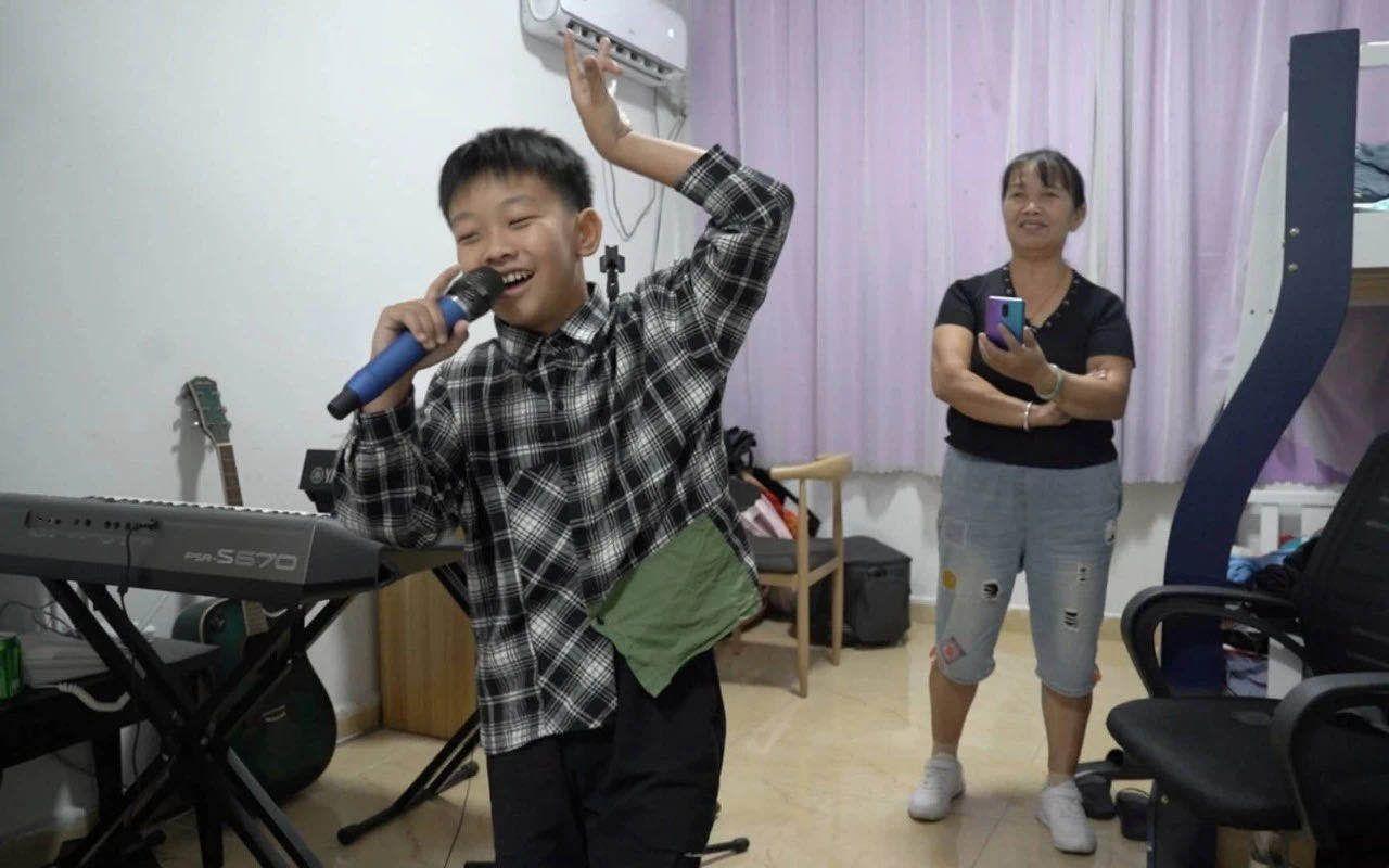 直播|12岁少年直播养家:他承受了这个年纪不该有的压力